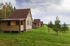 Mali wakacji domy na jeziorze Zdjęcia Royalty Free