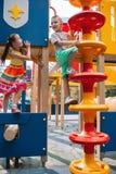 Mali wiercipięta dzieci dostają zabawę w parku Obrazy Stock