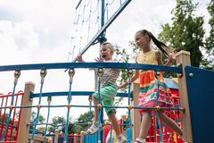 Mali wiercipięta dzieci dostają zabawę w parku Obrazy Royalty Free