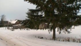 Mali wygodni grodzcy domy zakrywający w śniegu w zimie przyprawiają zdjęcie wideo