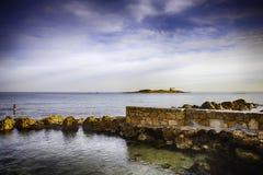 Malia en Crète, Grèce Chapelle et île d'Afentis Christos image stock
