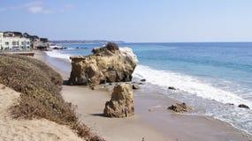 MALIBU, ΗΝΩΜΈΝΕΣ ΠΟΛΙΤΕΊΕΣ - 9 ΟΚΤΩΒΡΊΟΥ 2014: Όμορφη και ρομαντική κρατική παραλία EL ταυρομάχος σε νότια Καλιφόρνια Στοκ Φωτογραφίες