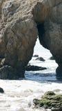MALIBU, СОЕДИНЕННЫЕ ШТАТЫ - 9-ОЕ ОКТЯБРЯ 2014: Красивый и романтичный пляж положения El матадора в южной Калифорнии стоковая фотография rf