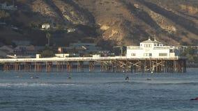 Malibu, Califórnia, EUA - em setembro de 2016: Passeio surfando dos povos nas ondas filme