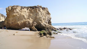 MALIBU FÖRENTA STATERNA - OKTOBER 9, 2014: Härlig och romantisk El-matador State Beach i sydliga Kalifornien Royaltyfri Fotografi