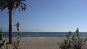 Malibu, Kalifornien, USA im September 2016: Kitesurfing-Leutefahrt auf die Wellen stock footage