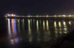 Malibu pir på natten Arkivfoton