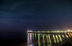 Malibu pir på natten med stjärnor Fotografering för Bildbyråer