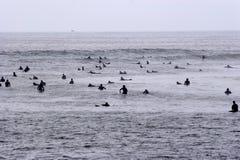 Malibu que practica surf imagen de archivo