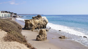 MALIBU, VEREINIGTE STAATEN - 9. OKTOBER 2014: Schönes und romantisches EL Matador State Beach in Süd-Kalifornien Stockfotos