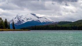Maligne湖在有登上的查尔顿贾斯珀国家公园 免版税库存照片