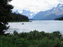 Maligne湖,贾斯珀国家公园,仍然有几的湖 图库摄影