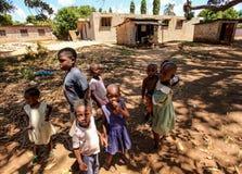 Malindi Kenja, Kwiecień, - 06, 2015: Grupa niewiadomi mali dzieciaki, s Zdjęcie Stock