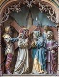 Malines - le statue scolpite della scena Gesù incontrano sua madre sul nuovo altare laterale gotico della chiesa la nostra signor Immagini Stock