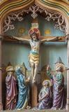 Malines - sollievo scolpito la crocifissione di Gesù sul nuovo altare laterale gotico in chiesa la nostra signora attraverso de D Immagine Stock Libera da Diritti
