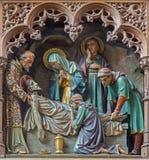 Malines - statua scolpita della sepoltura altare laterale gotico di scence di Gesù di nuovo della chiesa la nostra signora attrav Immagine Stock