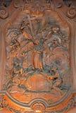 Malines - un sollievo scolpito di due schiavi con l'angelo e della trinità santa da Ferdinand Wijnants nella chiesa o in Janskerk Fotografie Stock