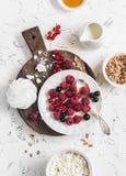 Malinka, czarny rodzynek, ser, śmietanka, granola, miód, beza lub przekąska, - smakowity śniadanie Fotografia Royalty Free