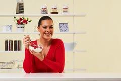 Malinki z jogurtu łasowania przekąski zdrowie zdrowej diety lunchu ciężarem Fotografia Royalty Free