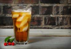Malinowa lodowa herbata wysoki zimny szkło zdjęcia royalty free