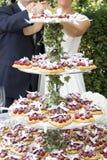 Malinowy ślubny tort zdjęcie royalty free