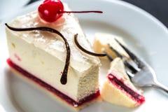 Malinowy cheesecake z słodką wiśnią Zdjęcia Royalty Free