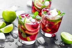 Malinowy mojito koktajl z wapnem, mennicą i lodem, zimno, lukrowy odświeżenie napój obrazy royalty free