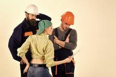 Malinteso fra il cliente ed il lavoratore Idraulici maschii di Woman Arguing With della giovane casalinga, riparatore fotografie stock