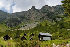 Maliovitza峰顶和休息-house Maliovitza在Rila 库存图片