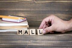 mall Drewniani listy na biurowym biurku zdjęcia royalty free