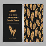Mall för Art Deco Elegant inbjudantappning med den guld- fjädern Arkivfoto