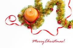 Mall för hälsningkort som göras av guling- och gräsplanglitter med röda och guld- julbollar, orange stearinljus för röd ribbonand Royaltyfri Foto