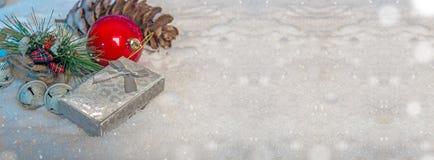 Mall för jultemabaner med den dekorativt gåvaasken, objekt och kopieringsutrymme arkivfoton
