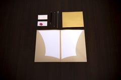 Mall för modellaffärsmärke på mörk träbakgrund Uppsättning av brevpapper med den digitala minnestavlan, återanvänd mapp, papper Royaltyfria Foton