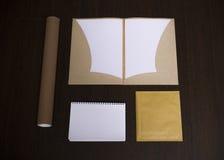 Mall för modellaffärsmärke på mörk träbakgrund Uppsättning av brevpapper med notepaden, återanvänd mapp, papper, penna royaltyfri fotografi