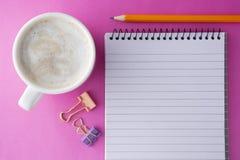 Mall för socialt massmedia - arbetsutrymme, arbetstabell Smartphone med den öppna anteckningsboken, kaffekoppen och kontorstillfö fotografering för bildbyråer
