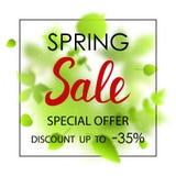 Mall för vårförsäljningsplakat för kortet, plakat, reklamblad, baner, broschyr Gröna suddiga blad på vit bakgrund Royaltyfri Foto