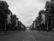 Mall in London black and white. LONDON, UK - CIRCA JUNE 2017: The Mall links Trafalgar Square to Buckingham Palace in black and white Stock Photography