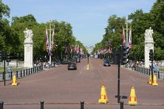 The Mall. London. England. View down The Mall towards Horse Guards Parade from The Queen Victoria Memorial at Buckingham Palace. With traffic and tourists Stock Images