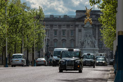 The Mall in London. LONDON, UK - APRIL 25, 2017: Traffic on The Mall in London with Buckingham Palace in the background Royalty Free Stock Photos