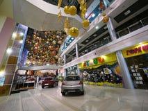 Mall mit Autos. Neues Jahr. Weihnachtsdekorationen. Lizenzfreies Stockfoto