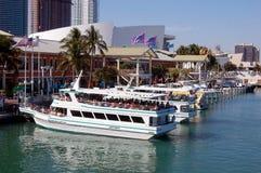 Mall und Jachthafen in im Stadtzentrum gelegenem Miami Lizenzfreie Stockfotografie