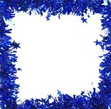 Malla azul de la Navidad con las estrellas como marco. Imagen de archivo