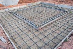 Malla de alambre de acero para el piso concreto en emplazamiento de la obra Imagen de archivo libre de regalías