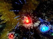 Malla del Año Nuevo con las luces de neón en un primer del árbol de navidad Foto de archivo