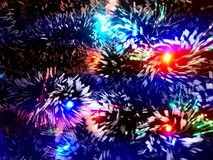 Malla del Año Nuevo con las luces de neón en un primer del árbol de navidad Foto de archivo libre de regalías