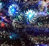 Malla del Año Nuevo con las luces de neón en un primer del árbol de navidad Fotos de archivo