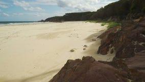 Mallacoota hemels strand in de zomer op een zonnige dag, voetstuk omhoog stock video