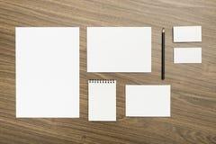 Mallar för företags identitet på träbakgrund arkivfoton