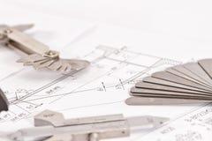 Mallar för visuell mätningskontroll är på teckningsröret Arkivfoto